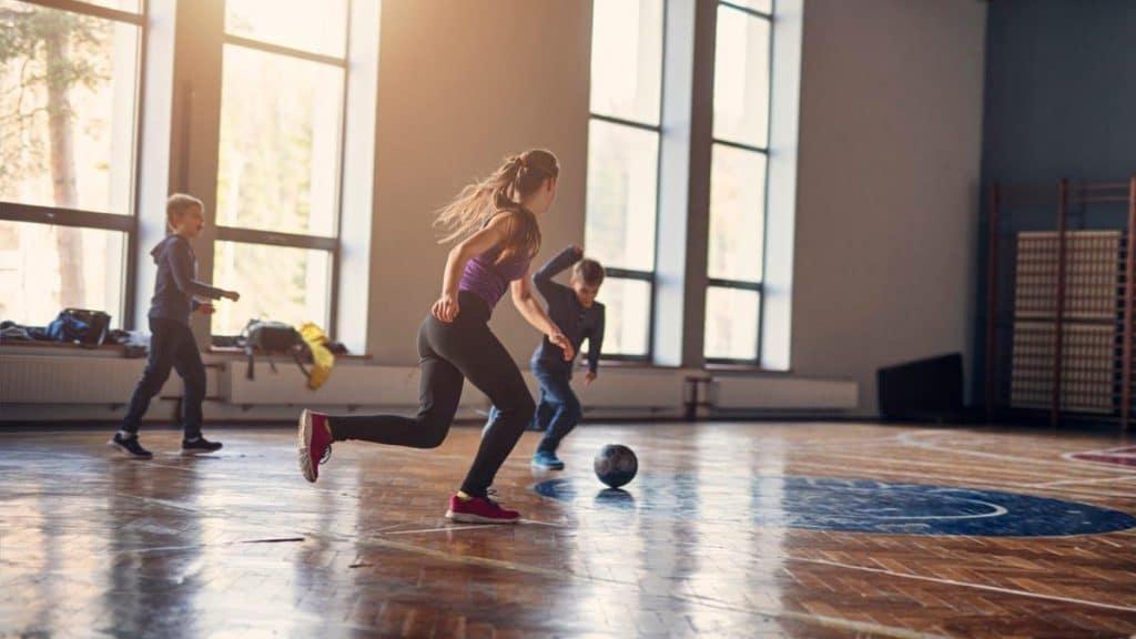 Como as escolas podem ajudar a promover bons hábitos desportivos?
